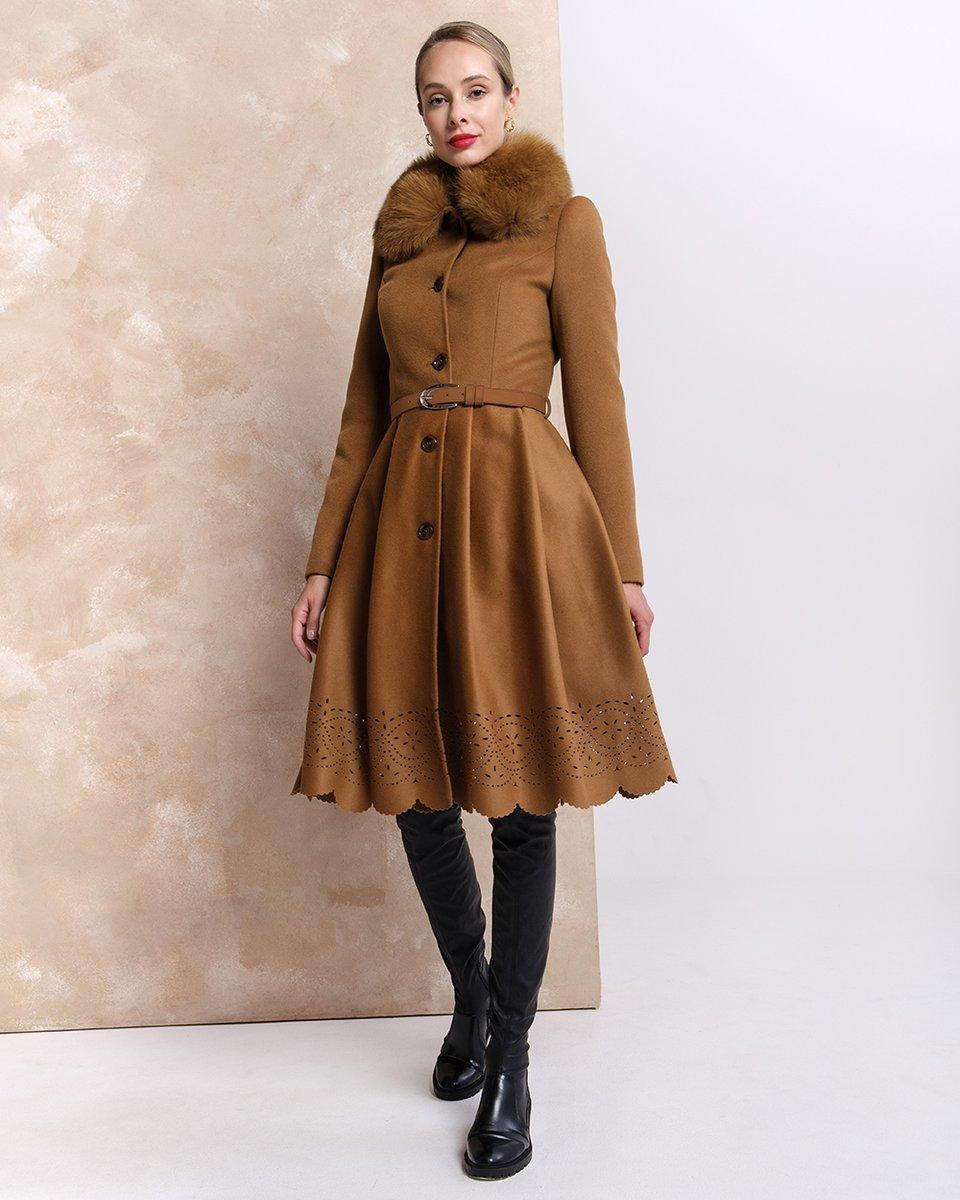 Зимнее пальто цвета camel с фестонами на юбке