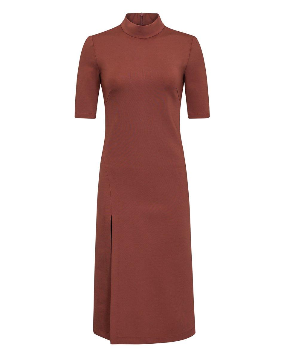 Платье трикотажное террактового цвета с разрезом