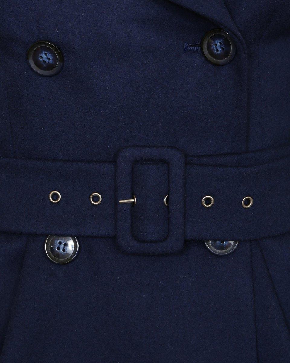 Пальто приталенного силуэта со складками у талии.