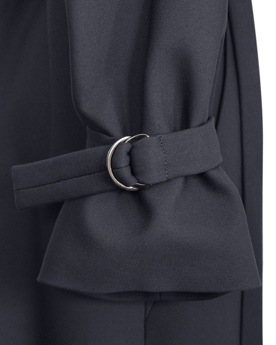 Пальто-тренч сиреневого цвета с декором из полуколец