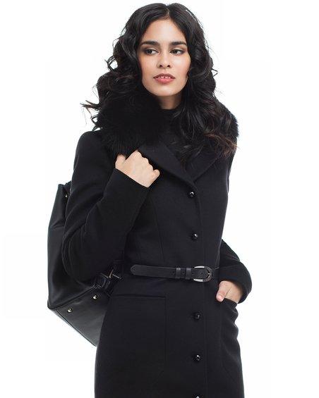 Пальто черного цвета вместе с юбкой-тюльпан
