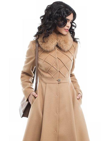 Пальто песочного цвета от фигурной отстрочкой