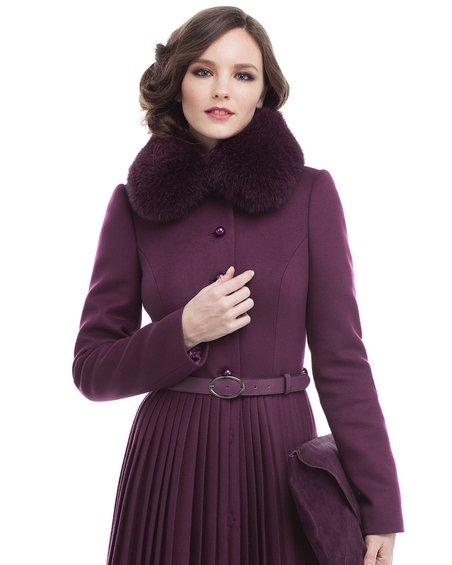 Пальто цвета марсала вместе с юбкой-плиссе да фестонами