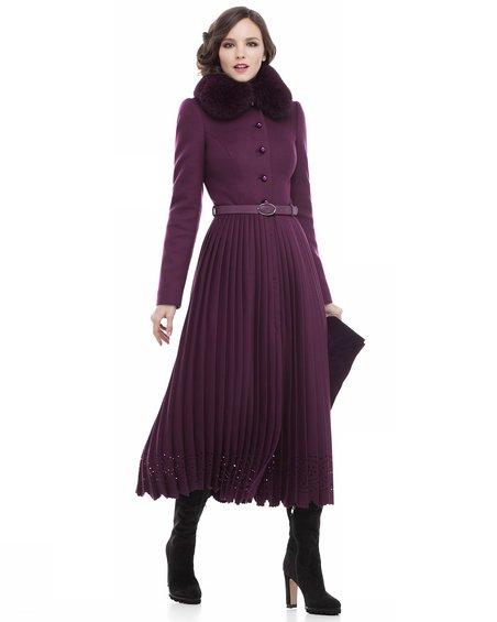 Пальто цвета марсала вместе с юбкой-плиссе равным образом фестонами